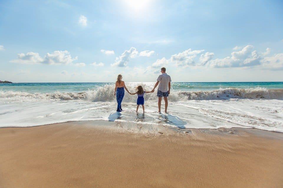 voyage vacances aéroport avion voiture plage montagne soleil organisation pour les vacances en famille