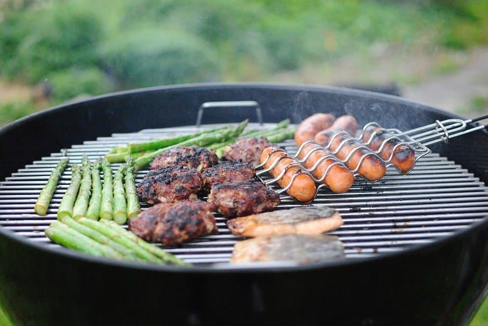 barbecue-plancha-grill-grillade-grillades-cuisson-cuisiner-viande-poisson-manger-extérieur-proches-choisir-astuces-conseils-petits-plats