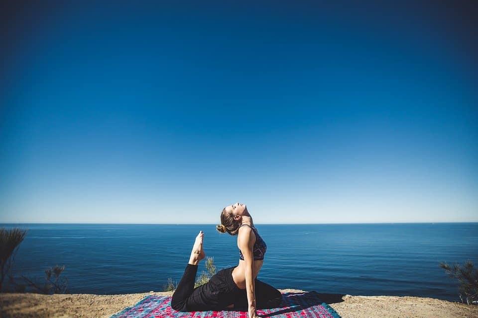 yoga-méditation-détente-maison-domicile-pratiquer-relaxation-tapis-repos