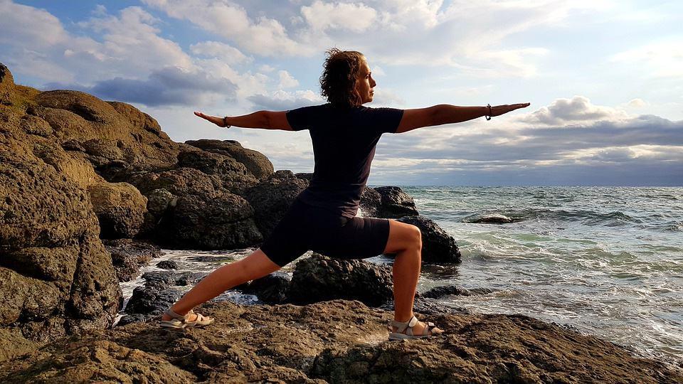 yoga-méditation-détente-maison-domicile-pratiquer-relaxation-tapis-repos-posture-positions