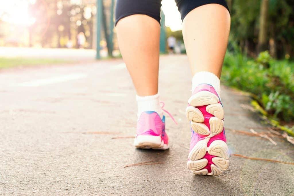chaussure sport femme-chaussure marche-chaussures de marche femme legere-merrell-pieds senssible-randonnee-bonnefemme-basket- tendance-nike-adidas-solide-fitness-ville-coursse-courire-pas cher-meilleur-decathlon-2021-2022